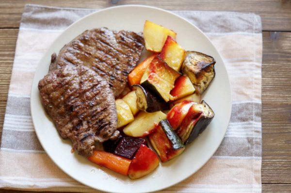 Pečeno povrće iz pećnice i teleće jetrice iz grill tave