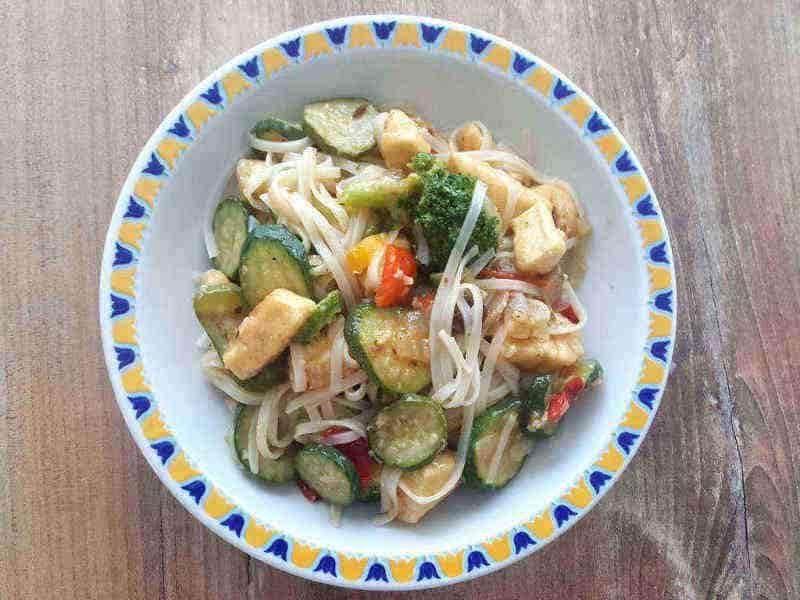 Piletina sa povrćem i rižinim rezancima