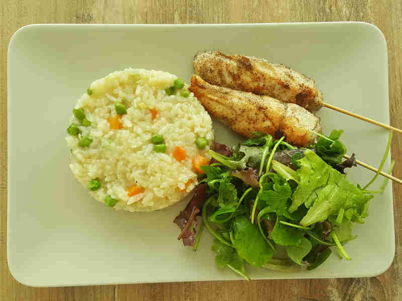 Rižoto sa povrčem i pileći ražnjici