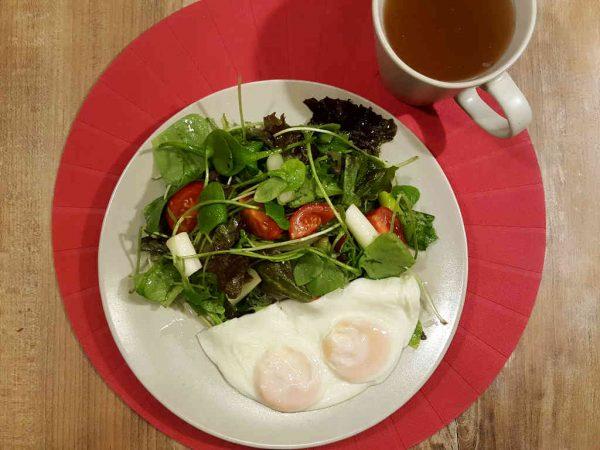 Šarena salata sa prženim jajima na oko
